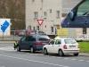 Tmavě modrý osobní vůz po drobné nehodě s trolejbusem #217 -křižovatka Plynárenské a Pražské - foto: © MHDTeplice.cz - 31. 3. 2014