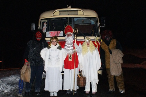Posádka mikulášského trolejbusu na konečné Nová Ves. © MHDTeplice.cz
