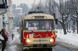 Nazdobený trolejbus Škoda 9Tr ve stanici Šanov I- Lázně. © MHDTeplice.cz