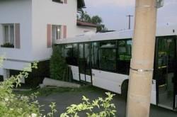 Autobus MHD narazil do domu