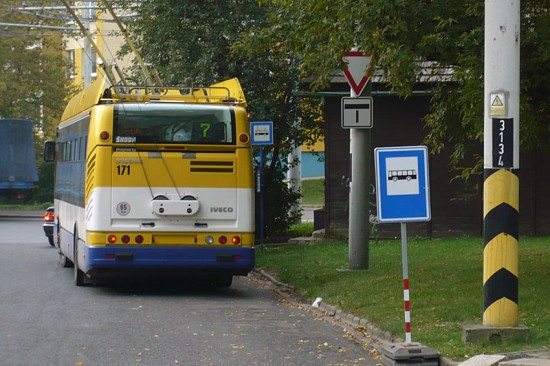 Trolejbus 24 Tr # 171 v zastávce Pražská na výlukovém stání. Výluka trolejbusů do Prosetic (1. - 31. 10. 2012)