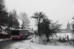 Autobus projíždí zasněženou krajinou u obce Hradiště ve Středohoří – ilustrační foto – © PETR BERÁNEK
